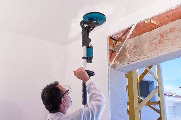 Затирка потолка с помощью шлифовальной машины