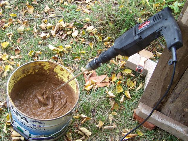 Приготовление смеси глины и опилок с помощью миксера
