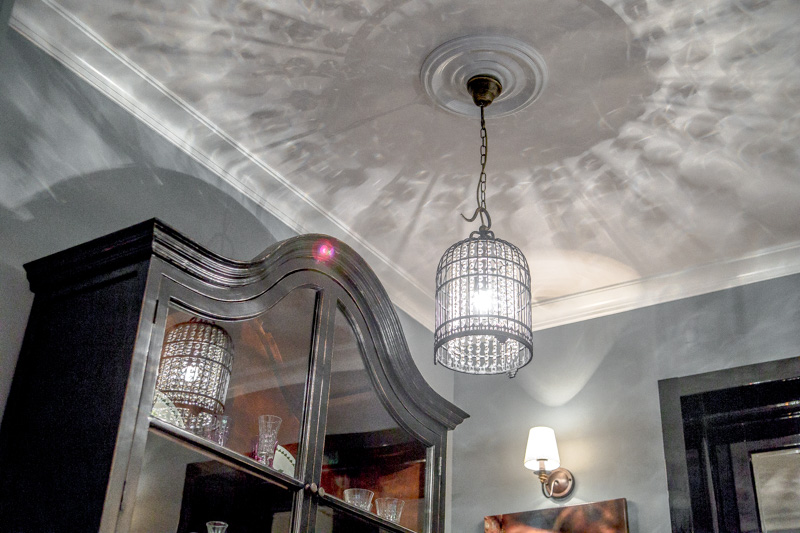 При использовании одного источника света на потолке появляются тени, а само помещение освещается неравномерно