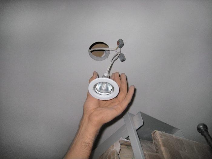Монтаж светильника в гипсокартонный подвесной потолок