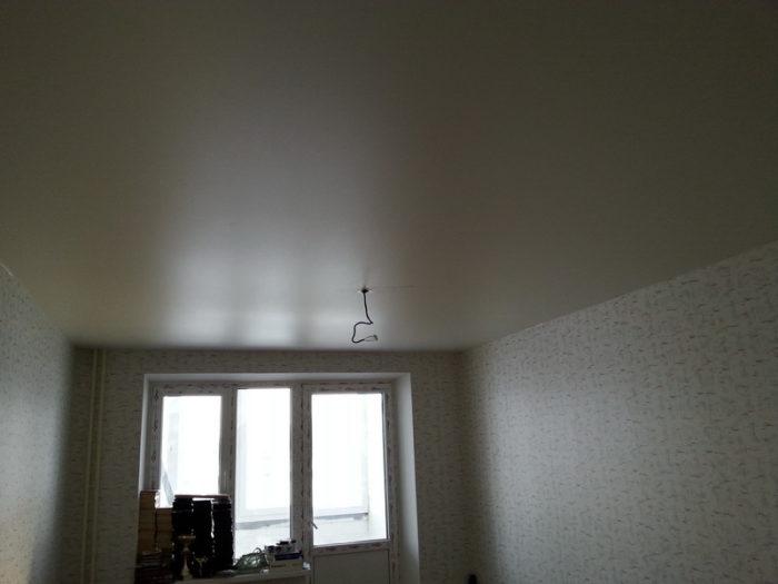 Изначально потолок уже натянут, в нем есть отверстие с термокольцом, а провода подключены