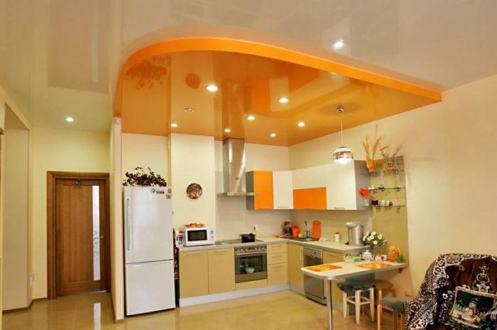 Пленочный натяжной потолок на кухне