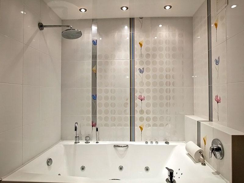 Пластиковые панели с точечными светильниками в ванной