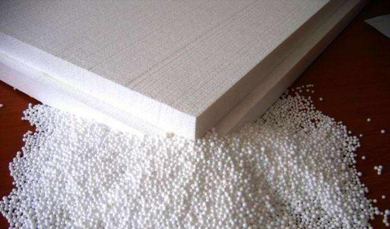 Во время прессовки масса вспененного полистирола прессуется на специальном штамповочном оборудовании для получения плит определенной формы