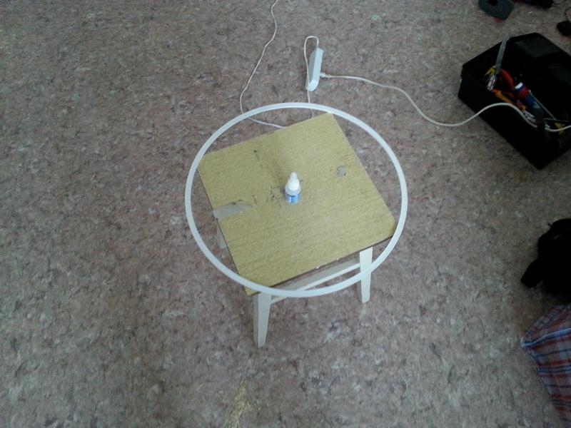 Подготавливается большое термокольцо под диаметр люстры и клей