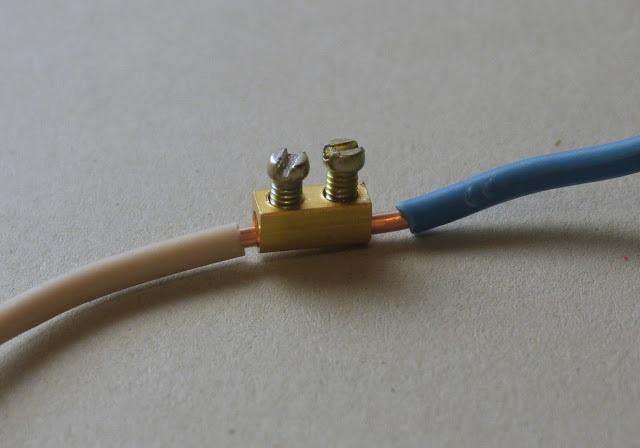 Провода вставляются, зажимаются