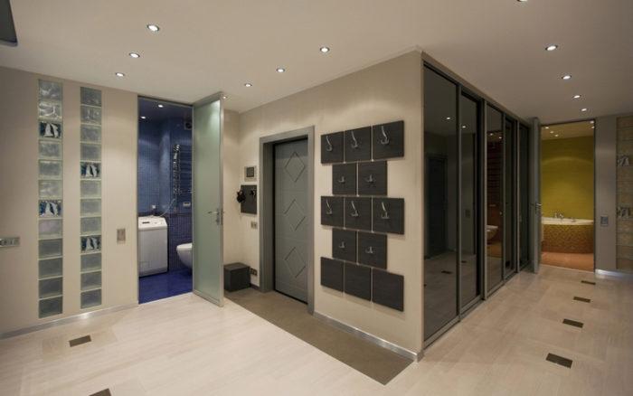 Освещение прихожей и коридора встроенными точечными светильниками