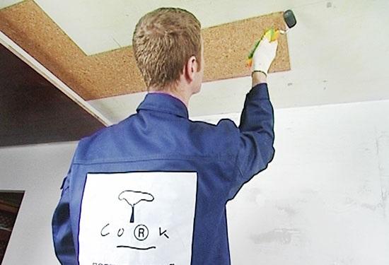 Оклейка потолка плиткой из пробкового дерева