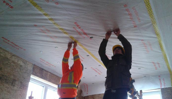 Укладка пароизоляционного материала на потолок