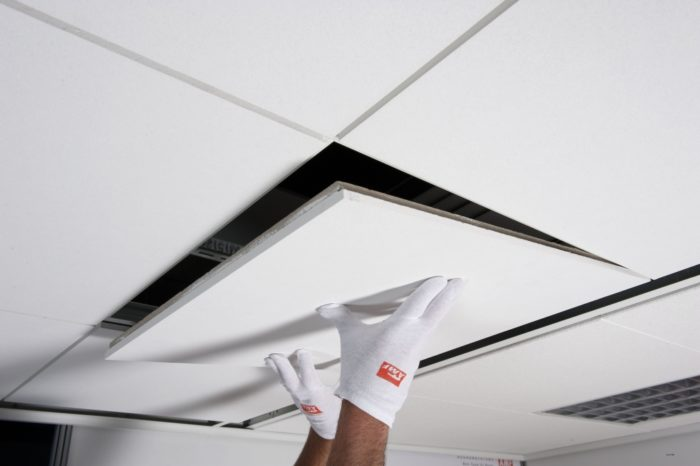 Главная трудность монтажа потолка Армстронг в квартире в том, что плиты при монтаже наклоняются под углом 30 градусов, а это, в свою очередь, невозможно, если над каркасом недостаточно пространства