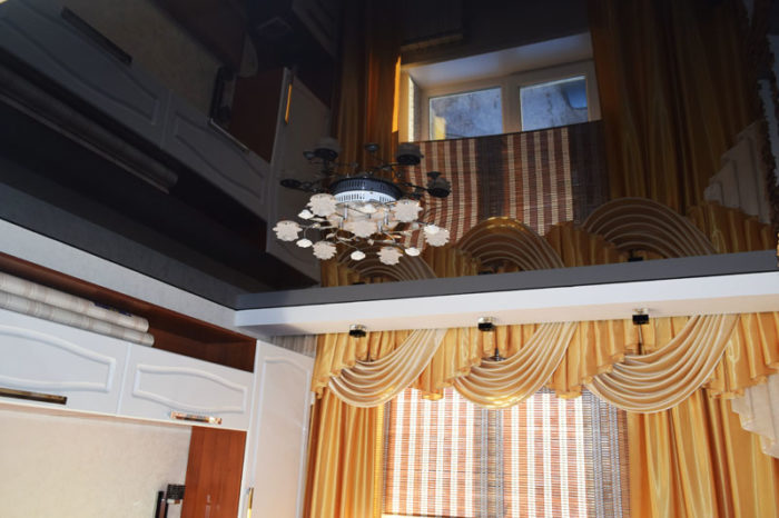 Черный глянцевый натяжной потолок в спальне
