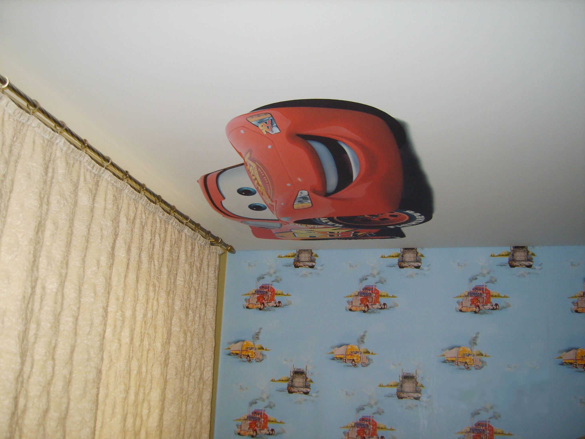Наклейка на потолке в детской