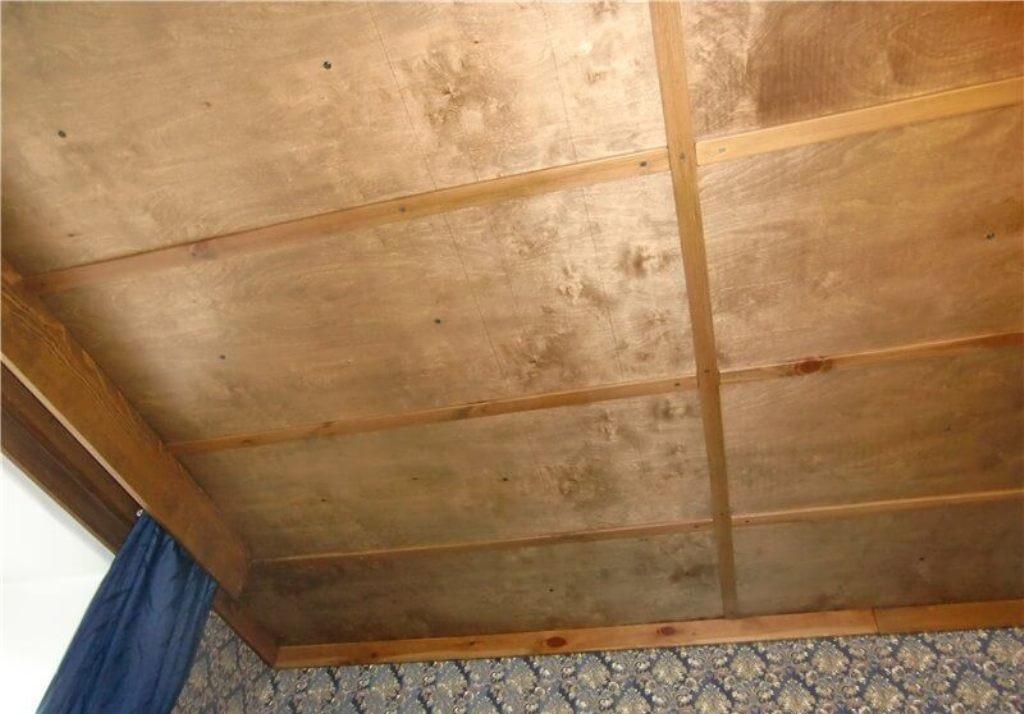 Фанерный потолок с рейками на швах