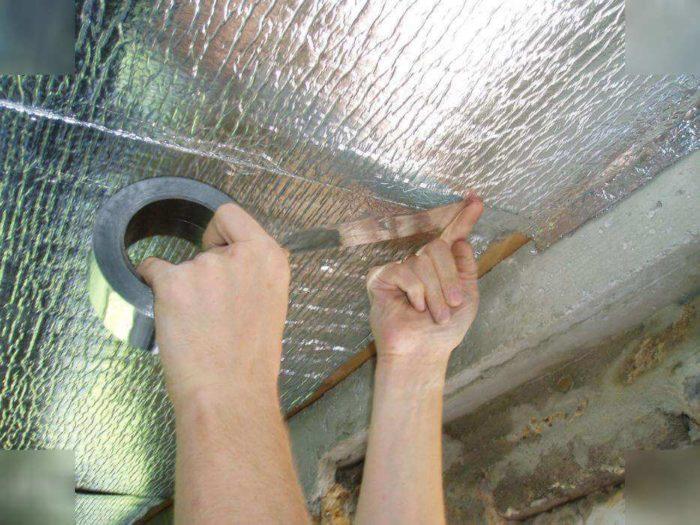 Герметизация стыков пароизоляции потолка