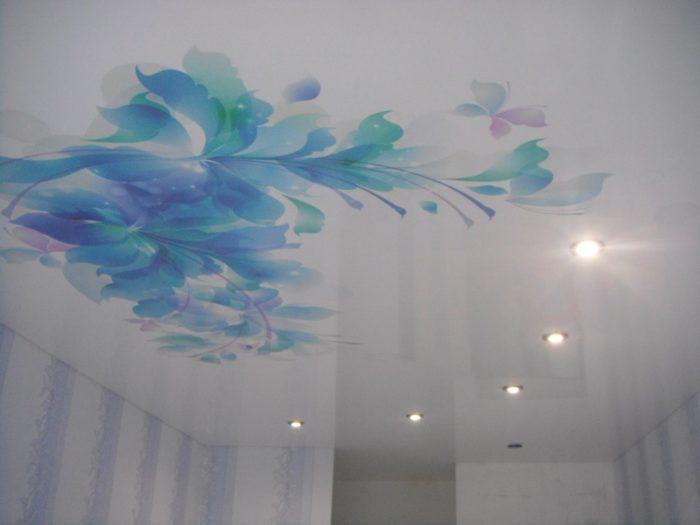Глянцевый потолок с цветами
