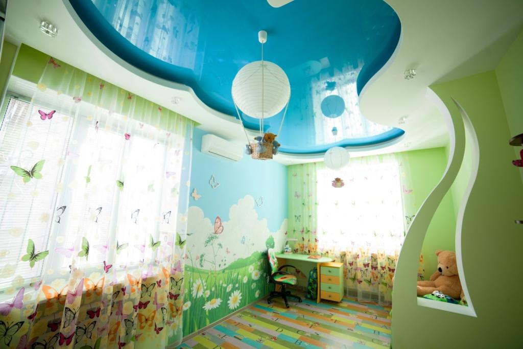 Голубой глянцевый потолок в детской комнате