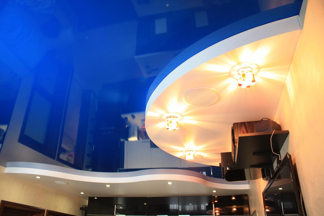 Глянцевый натяжной потолок их ПВХ-пленки