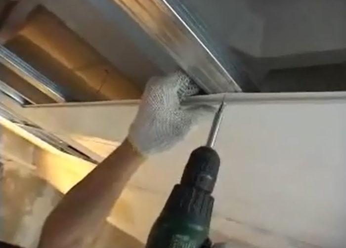 К металлическому каркасу панели ПВХ крепятся саморезом с пресс-шайбой