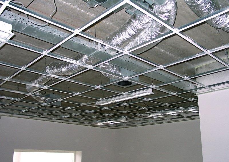 Кассетные потолки могут спрятать коммуникации и все дефекты перекрытия, однако заметно уменьшают высоту помещения