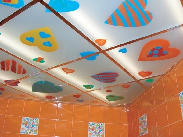Кассетный потолок с рисунком в ванной комнате