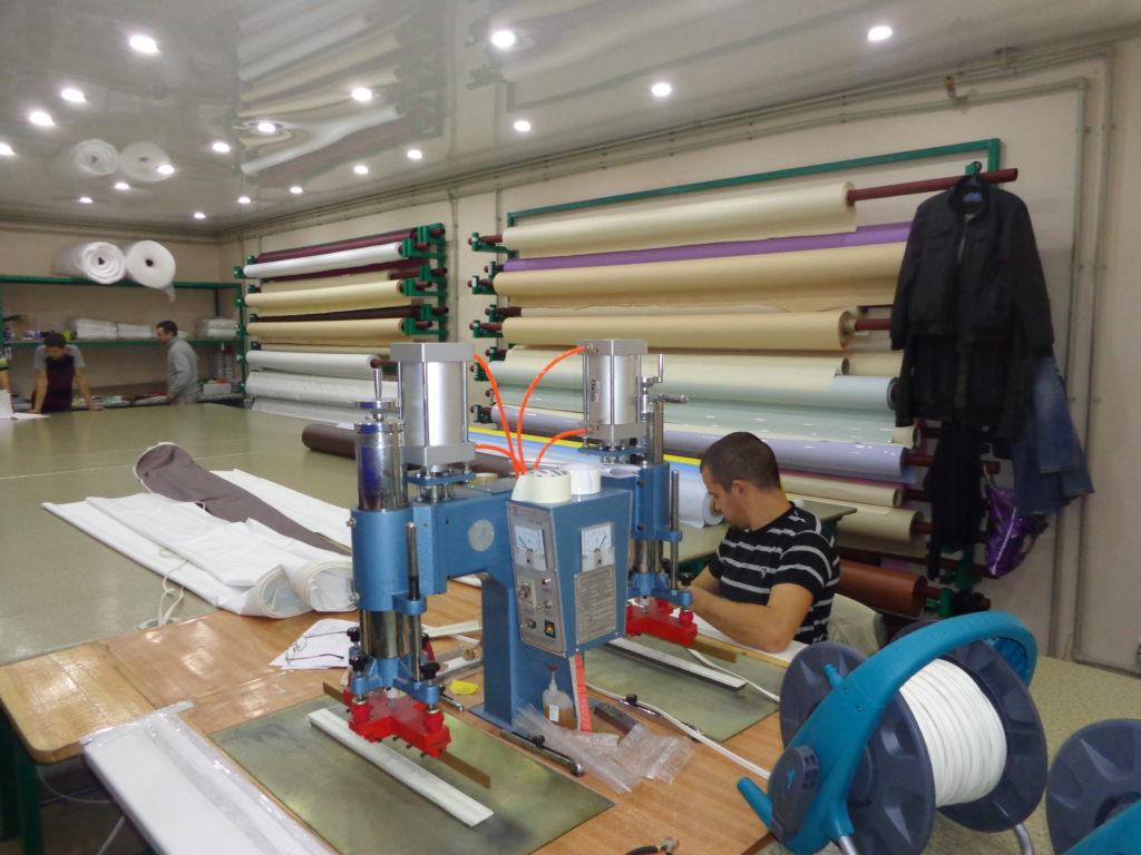 Крупные российские компании предлагают натяжные потолки из пленки ПВХ российского производства по цене до 280 рублей за квадратный метр с работой фабричной мануфактуры