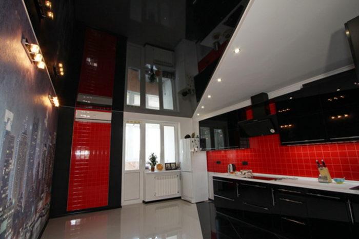 Лаковый потолок черного цвета на кухне