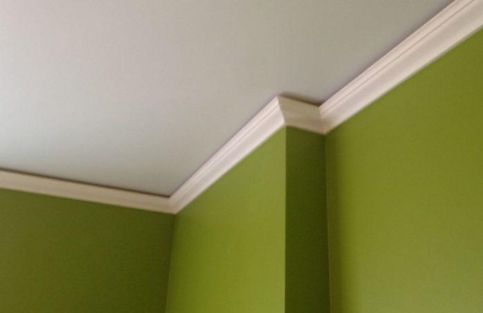 Матовый натяжной потолок с плинтусом