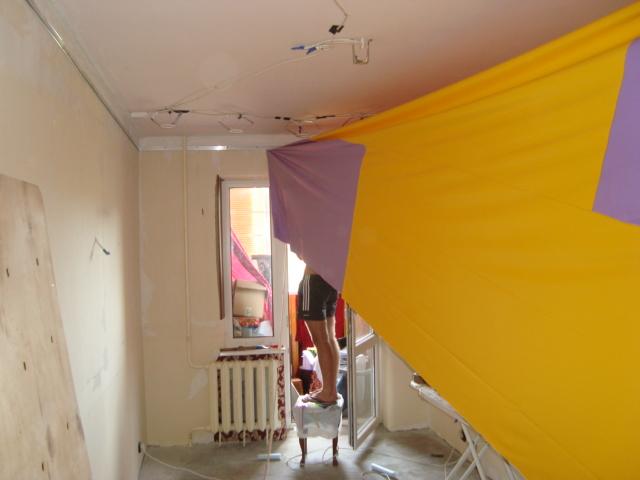 Монтаж двухцветного натяжного потолка