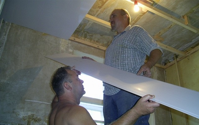 Монтаж панелей ПВХ на потолок (вариант с деревянным каркасом)