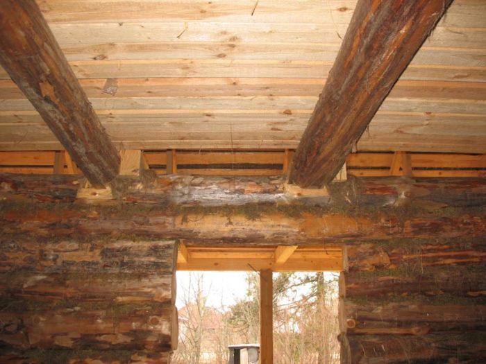 На фото пример потолочного перекрытия. Доски подшиты поверх балок
