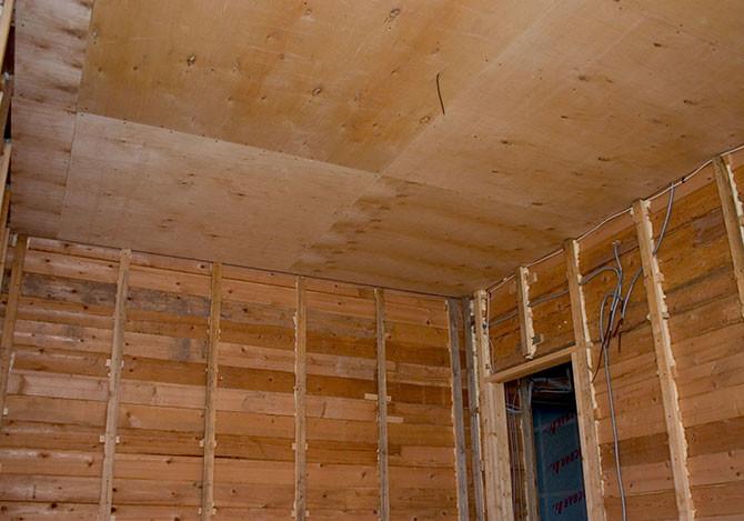 Начинать монтаж фанерных листов необходимо с центра комнаты, подрезая в ходе работы краевые листы на необходимую длину
