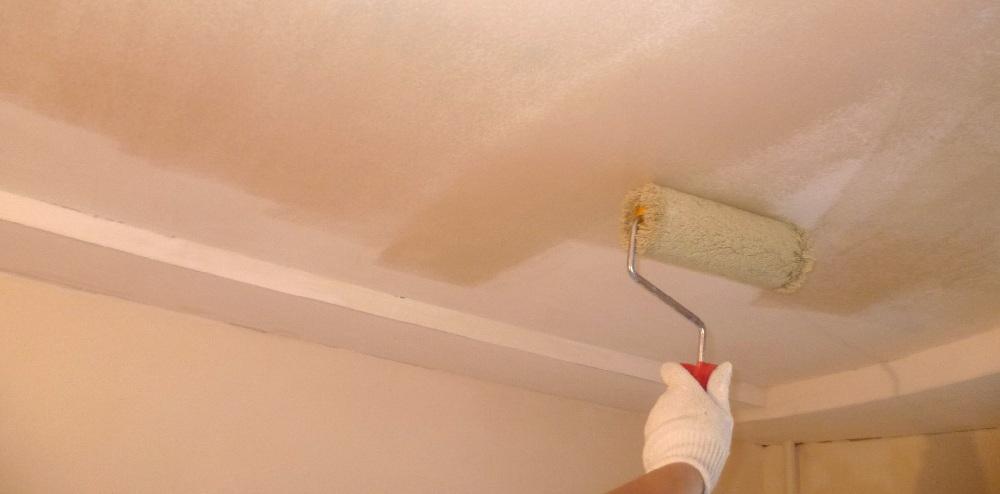 Нанесение грунтовки глубокого проникновения на потолок после выравнивания (при необходимости)