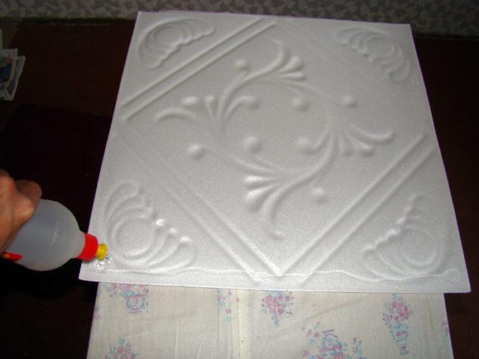 Наносим клей на потолочную плитку