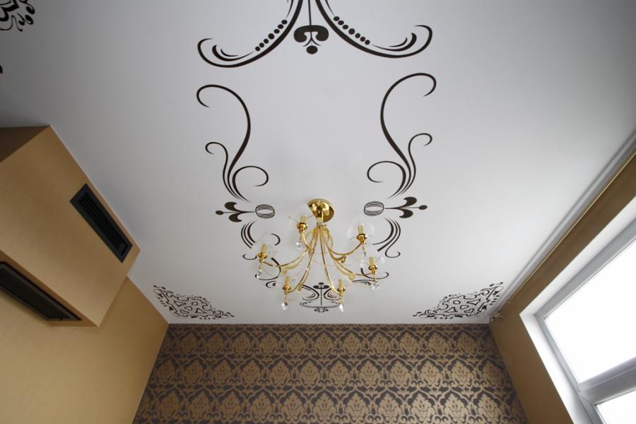 Натяжной потолок с виниловыми наклейками