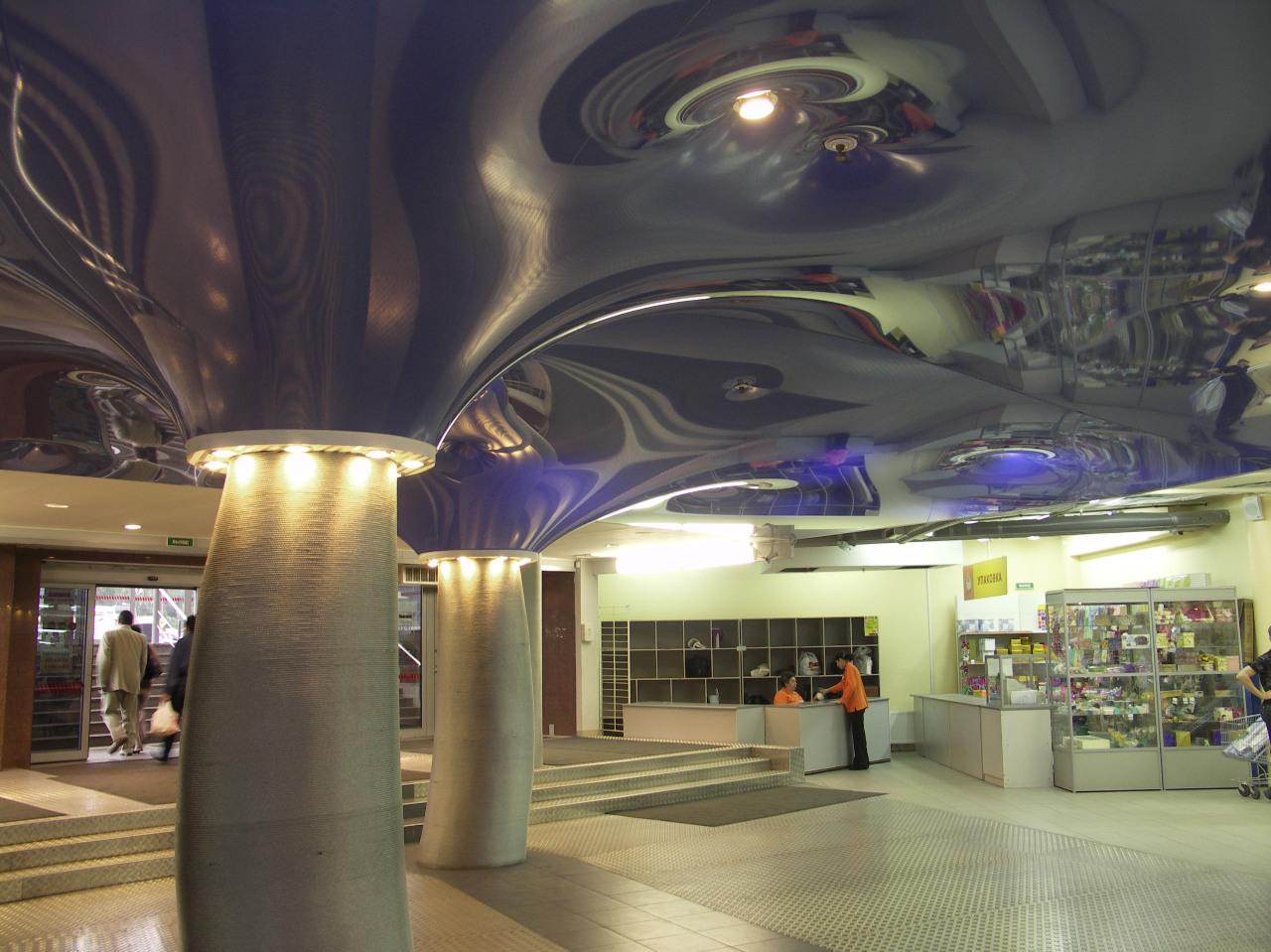 Натяжной волнистый потолок в форме конуса