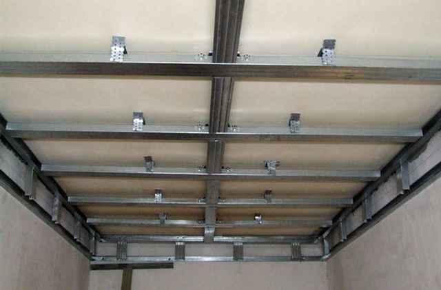 Обрешетку потолка под ПВХ-панели можно делать как из металлических профилей, так и из дерева