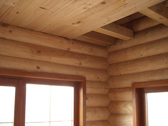 Материал для обшивки потолка должен гармонировать с деревянными стенами