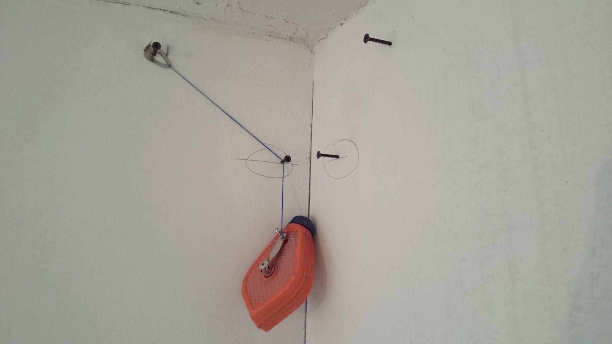 Отбивка потолка малярным шнуром