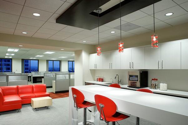 По высоте помещения потолок армстронг «отъедает» не менее 250 мм, поэтому в городских квартирах его можно встретить крайне редко