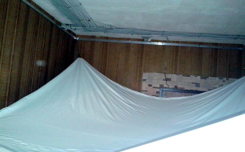 Подвешиваем полотно натяжного потолка на специальные удерживающие устройства (крокодилы)