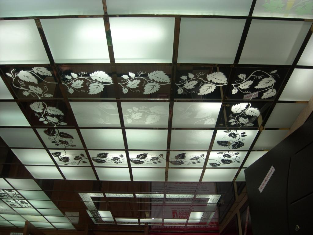 Потолок Армстронг с декоративными вставками