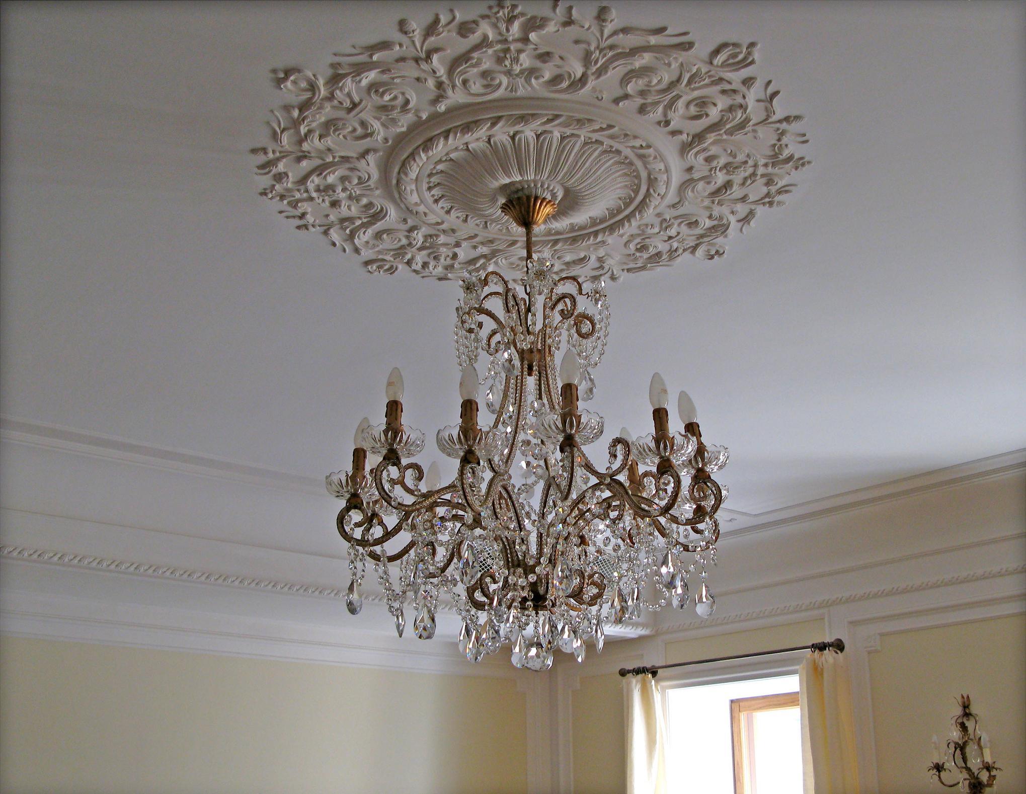 Потолок, выполненный в любом имперском стиле, всегда имеет множество элементов лепнины. Центральная потолочная розетка подчёркивает красоту люстры , несомненно, внесет лепту в общий дизайн комнаты.