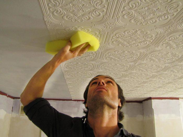 Прижимать плитку следует губкой или мягкой салфеткой