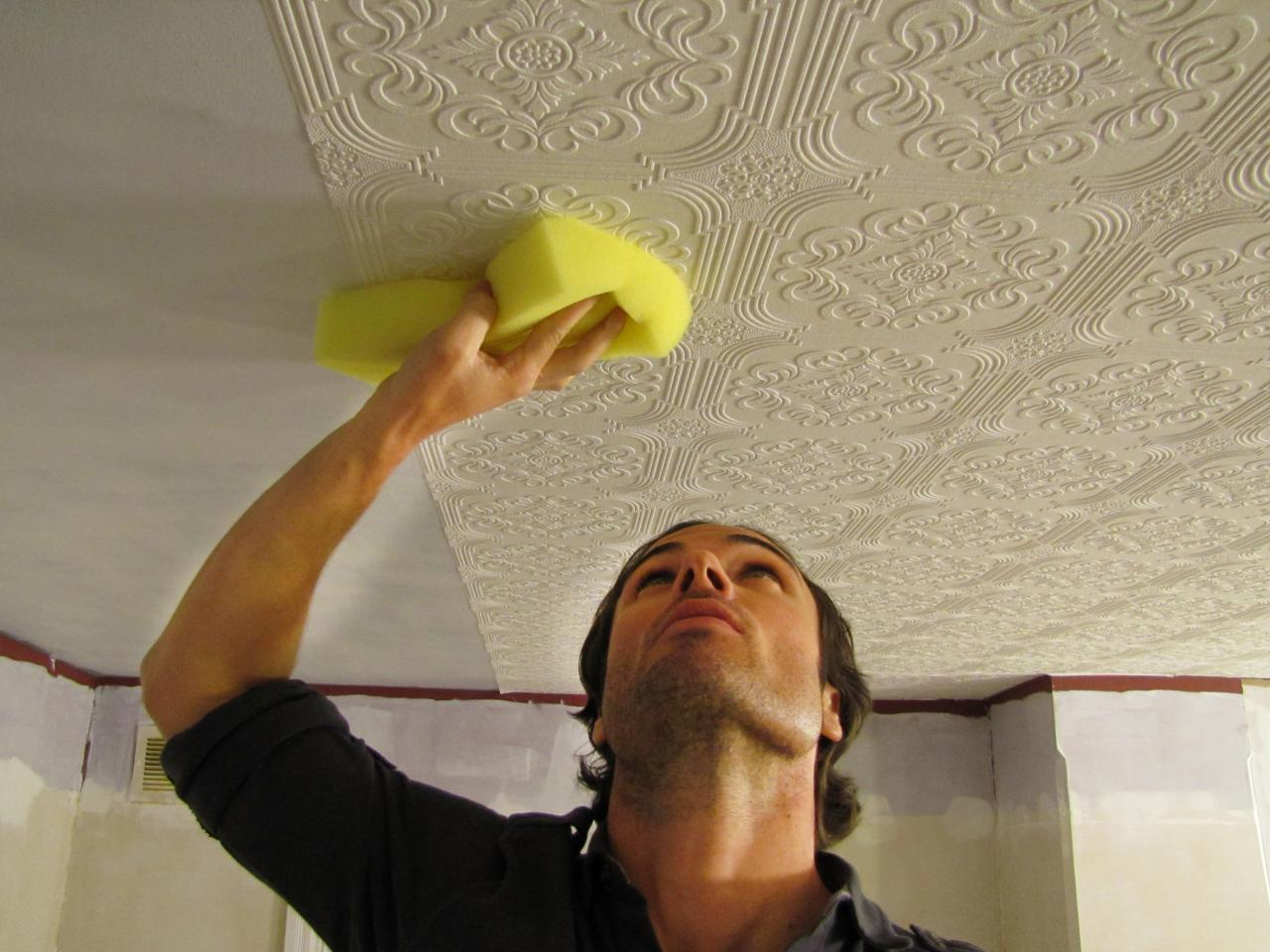 На что клеить потолочную плитку своими руками