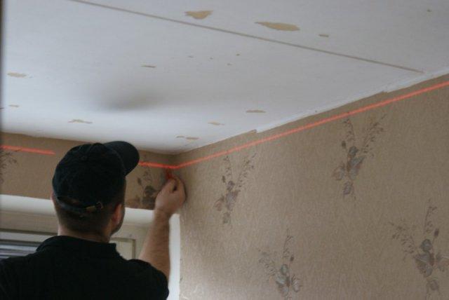 Разметка потолка с помощью лазерного уровня