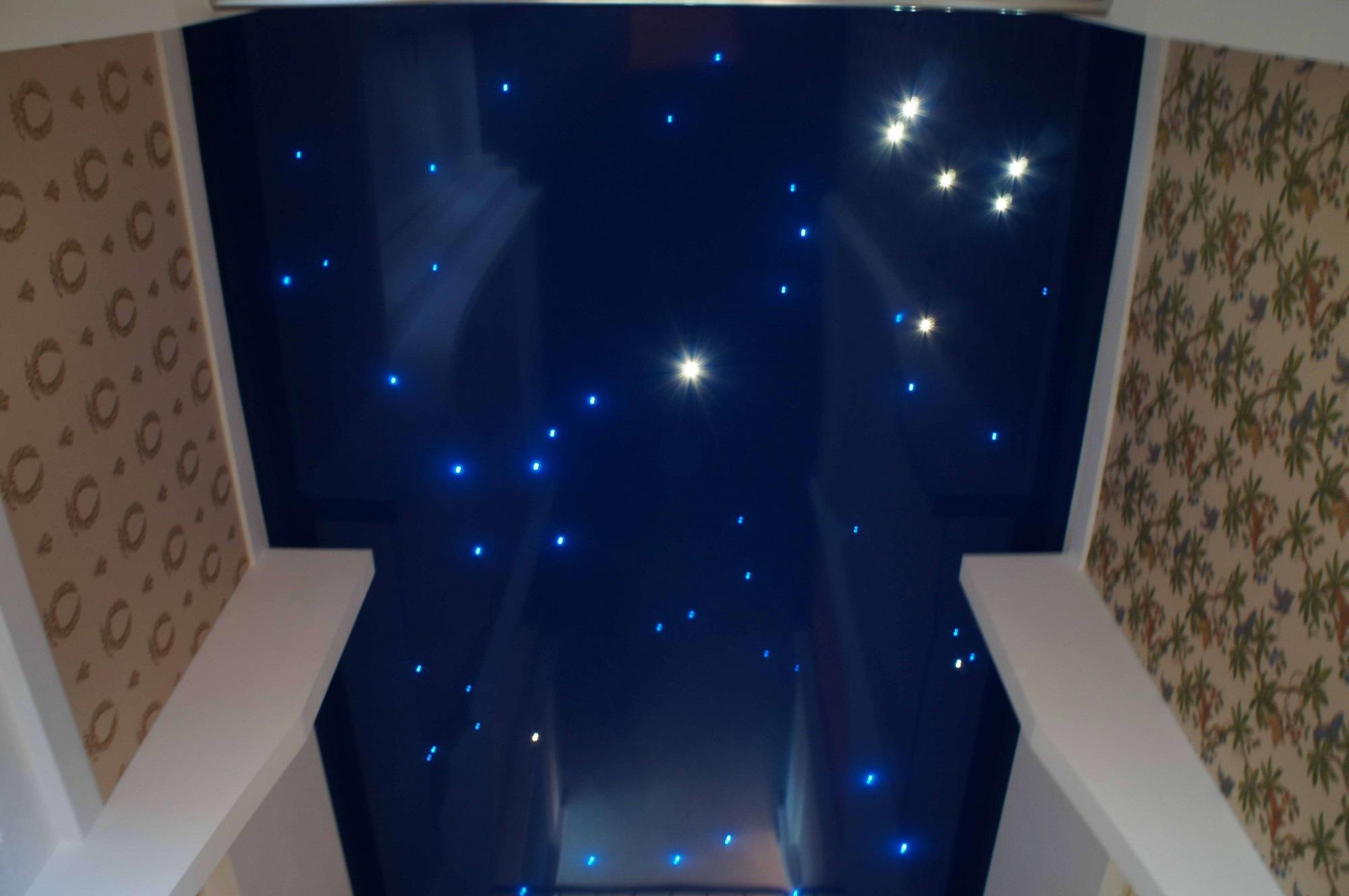 Разноплановый натяжной потолок, изменяющий свой вид в зависимости от степени освещенности комнаты. Ночное освещение