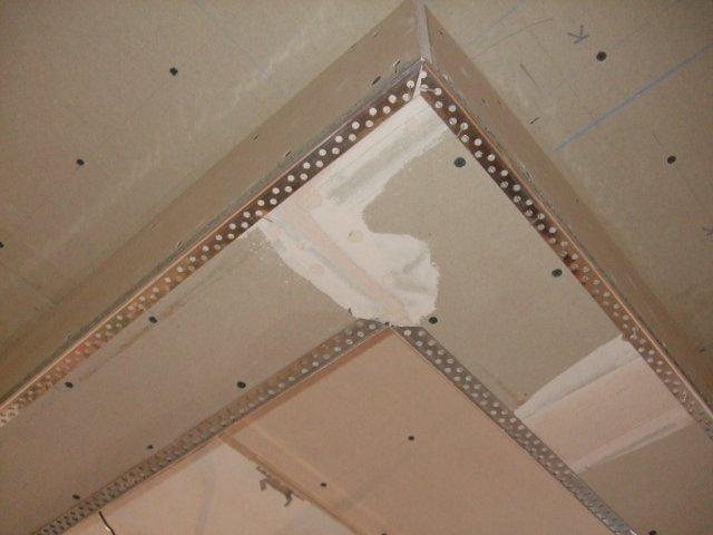 Шпаклевание углов двухуровневого потолка начинается с монтажа перфорированных уголков