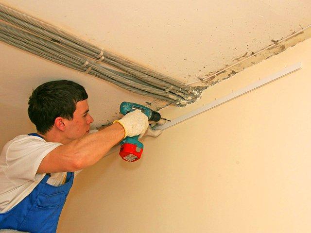Чем чаще точки крепления багета - тем меньше вероятность появления щелей между ним и стеной