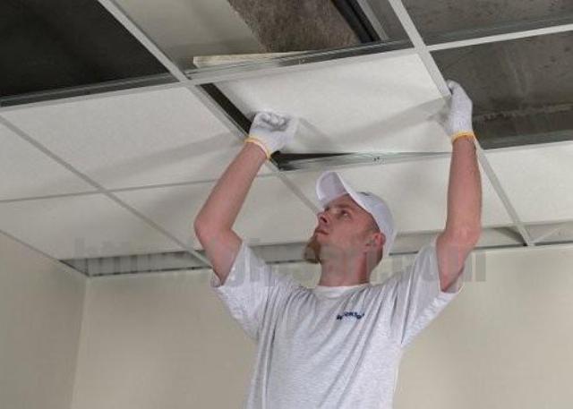 Устанавливаем панели кассетного потолка