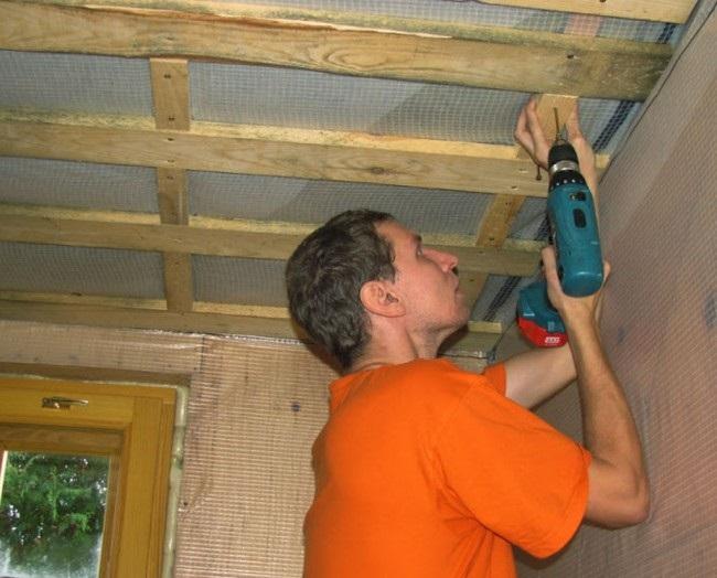 Установка обрешетки для потолка из фанеры